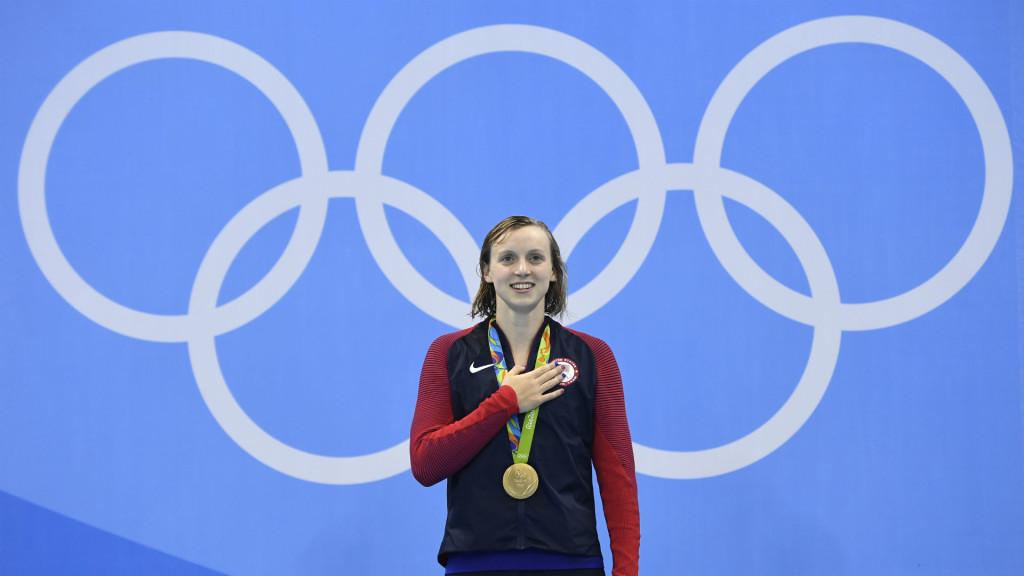 Katie Ledecky foi fã de Phelps e hoje se destaca nas piscinas igual ao ídolo. (Reprodução: www.sportingnews.com).