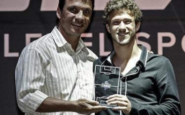 Daniel recebe das mãos de Zé Ricardo (Técnico doFlamengo) premiação por ter sido eleito o melhor lateral direito do torneio.