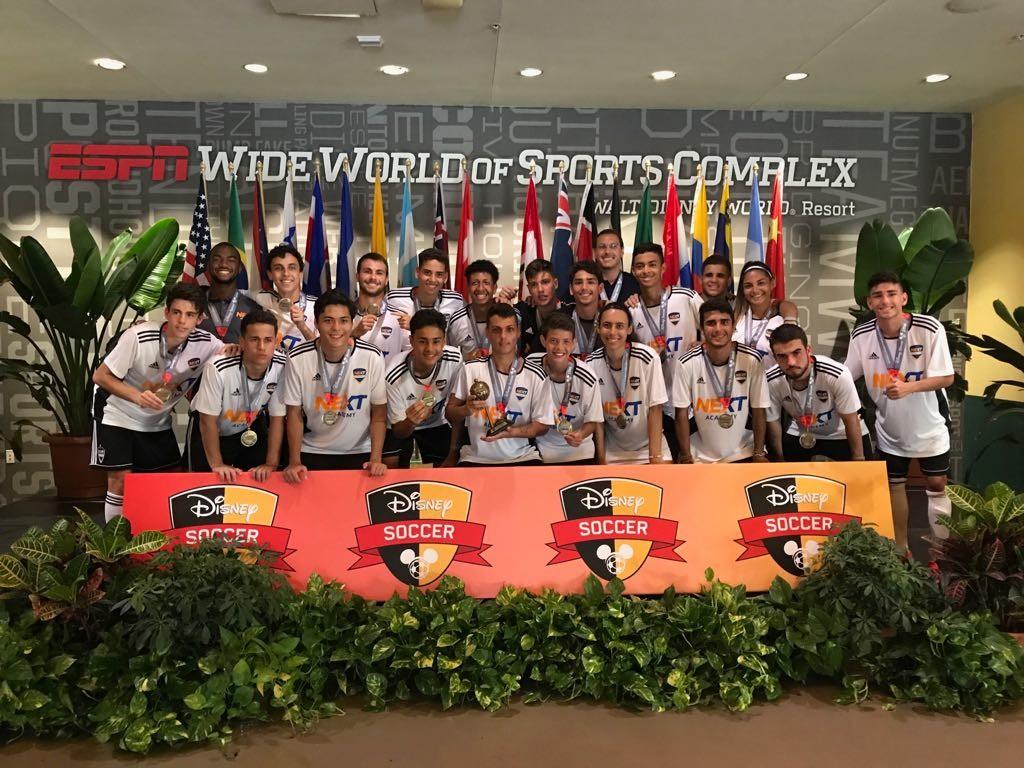 Elenco da Next Academy comemora a conquista do 3º lugar na Disney Cup.